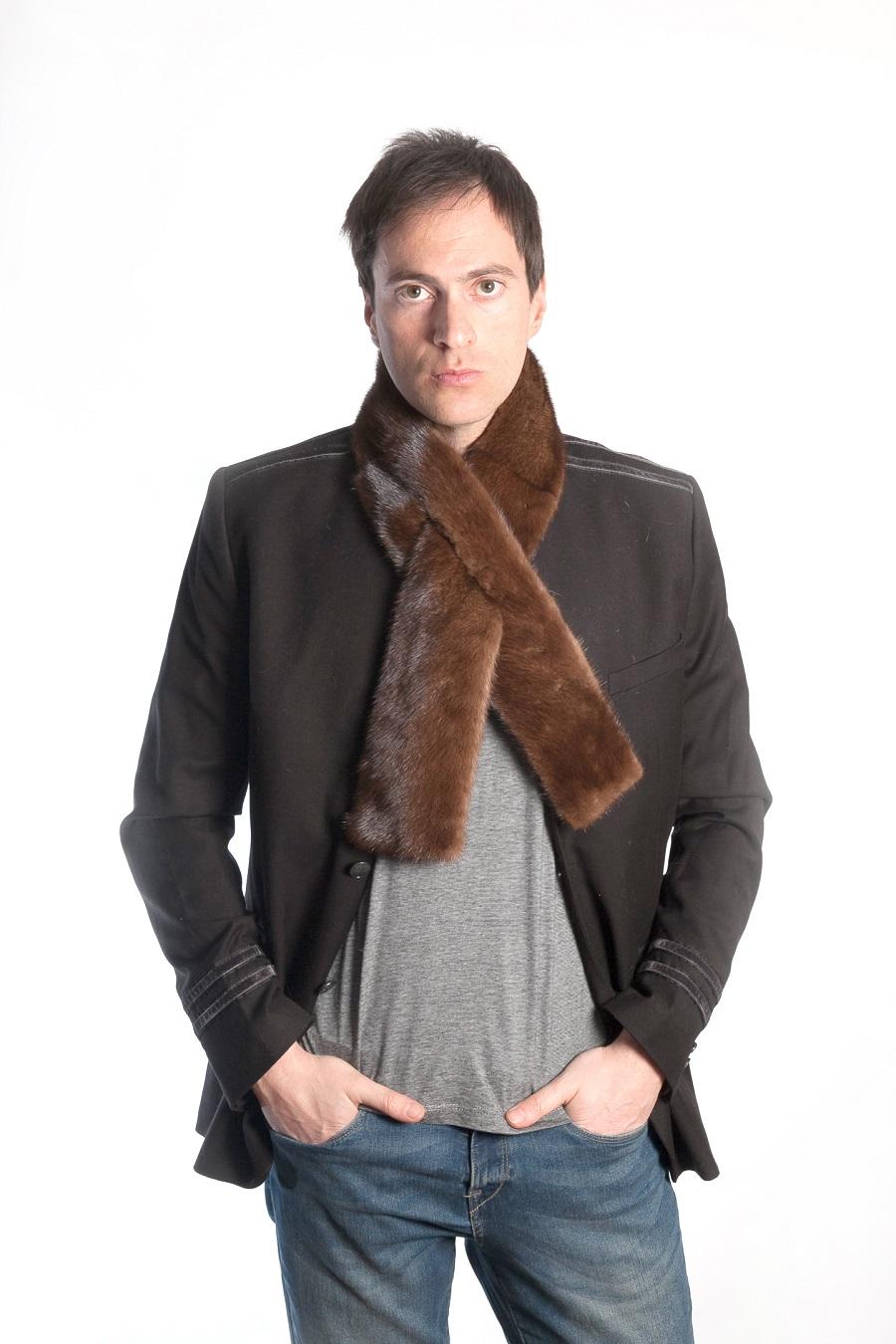 miglior servizio 77068 ea6fe La sciarpa in pelliccia di visone anche per l'uomo italiano