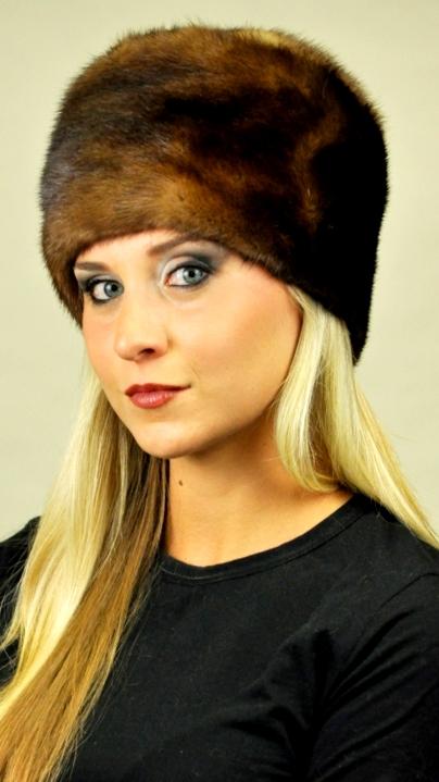Il cappello in pelliccia da donna ad ogni modo si distingue da quello da  uomo. La donna preferisce cappelli in pelliccia dal pelo lungo f21b3a30bbdd