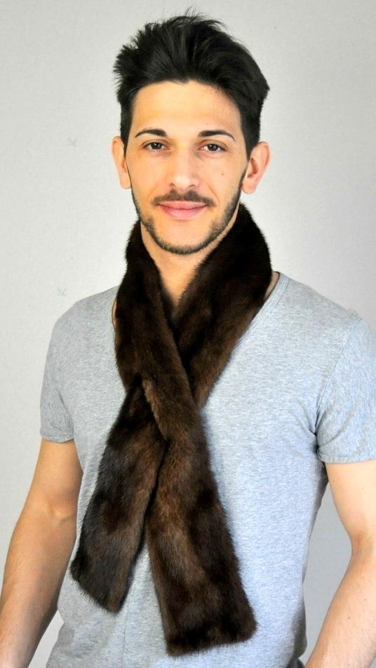 La sciarpa in visone non e  solo per donna cfa7d52d7524