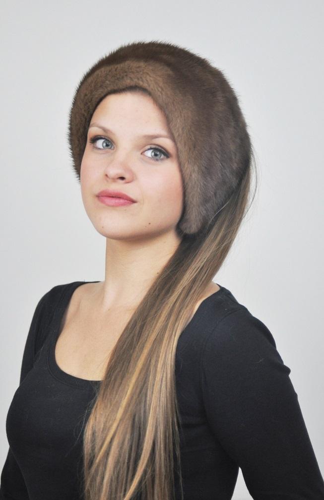 Tra tutti gli accessori in autentica pelliccia probabilmente il cappello e   l articolo piu  utile. Non a caso come ogni inverno il colbacco in pelliccia  e  ... 75c2f12405bd